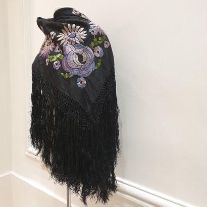 ANOMYME Circa 1930  Châle en soie noire à finition frangé tressé, rebrodé d'un motif...