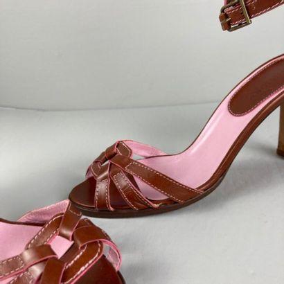 MANOLO BLAHNIK  Paire de nu pied en cuir beige et rose empeigne carré retenant trois...