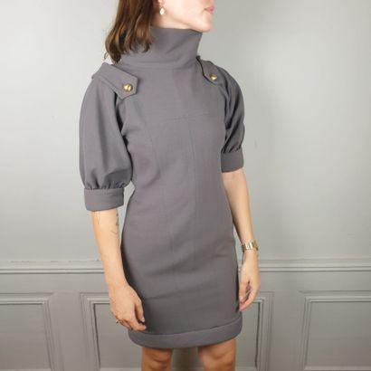FENDI  Robe en gabardine de laine grise, col montant, bas des manches courtes ballon...