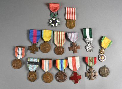 FRANCE  Lot de 16 médailles de la première...