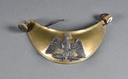FRANCE  Hausse-col Second Empire  En laiton, avec motif centrale à l'aigle couronnée...