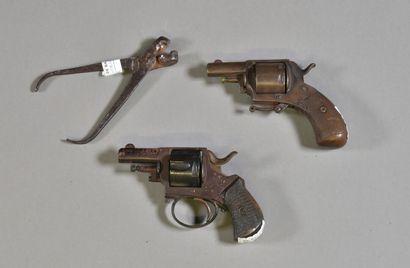 BELGIQUE  Lot de deux revolver Bulldog  Mécanisme...