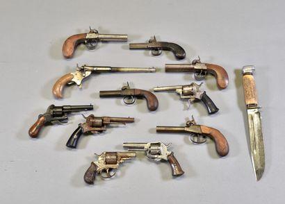 FRANCE  Fort lots de pistolets, revolvers...
