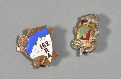 FRANCE  Lot de deux insignes régimentaires...