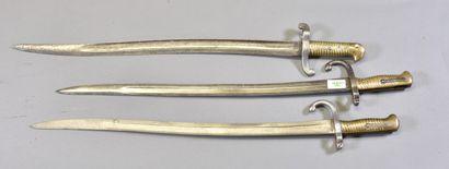 FRANCE  Lot de 3 sabres baïonnettes  Deux...