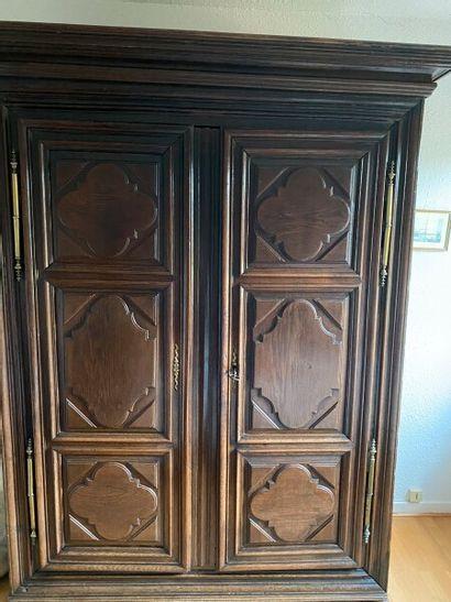 Armoire en bois mouluré et sculpté, les portes...