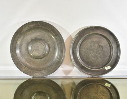 Deux plats rond mouluré en étain  XIXe siècle...