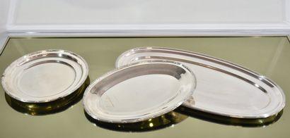 Trois plats en métal argenté, modèle filet...