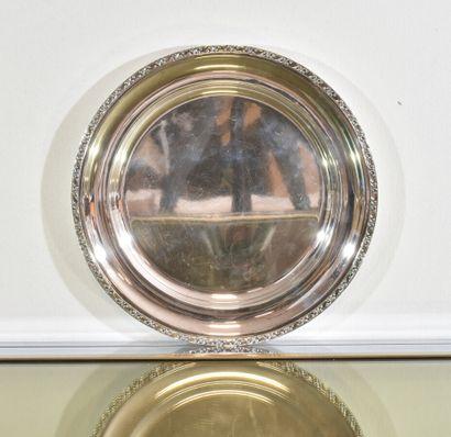 Plat rond en métal argenté demi creux à décor...