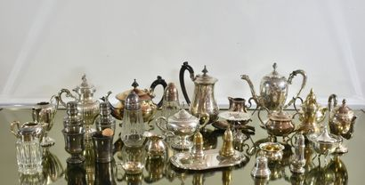Fort lot de métal argenté composé de cafetières,...