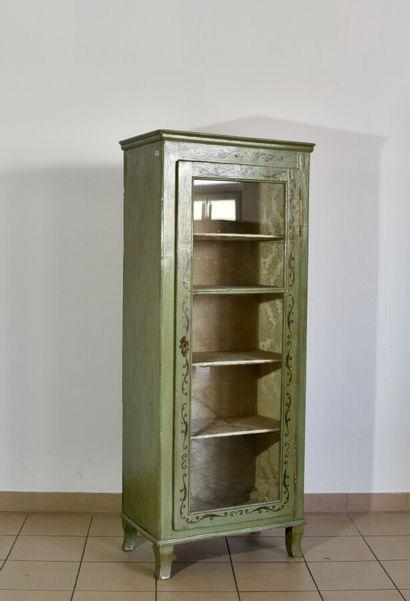 Vitrine en bois rechampi vert à décor de...