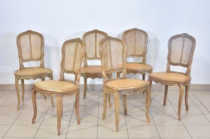 Six chaises cabriolet en noyer sculpté, l'assise...