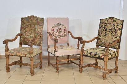 Trois fauteuils à dossier droit, pieds à...
