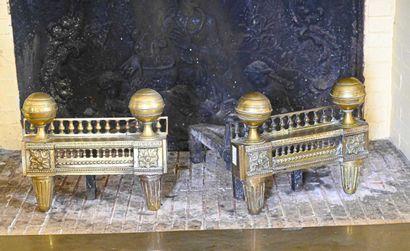 Paire de chenets en bronze simulant une galerie...