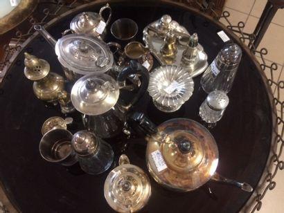 Fort lot de métal argenté composé de cafetière, théière, sucrier couvert, salière,...