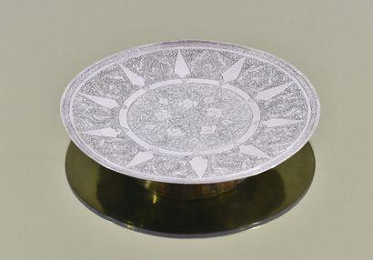 Petit plat rond en argent à décor gravé de...