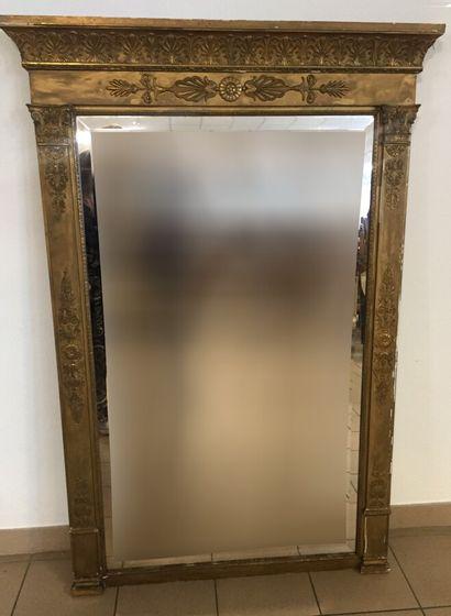 Miroir biseauté en bois doré sculpté, à décor...