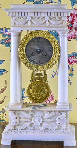 Pendule portique en albâtre à décor floral...