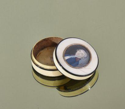 ** Boîte ronde en ivoire à décor d'une miniature...