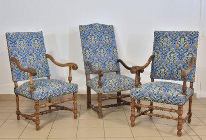 Trois fauteuils à dossier droit, accotoirs en crosse, piètement tourné. Tapisserie...