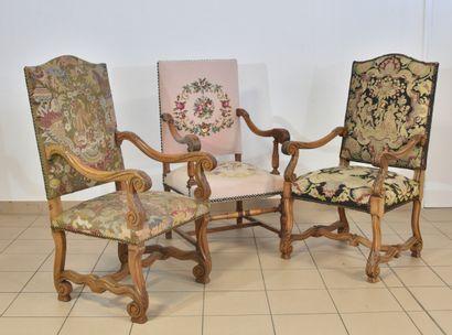 Trois fauteuils à dossier droit, pieds à enroulement, réunis par une entretoise...