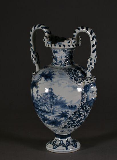 Vase ovoïde sur piédouche en faïence à décor...