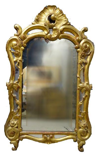 Miroir en bois doré et patiné, sculpté de...