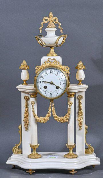 Pendule portique en marbre blanc à décor...