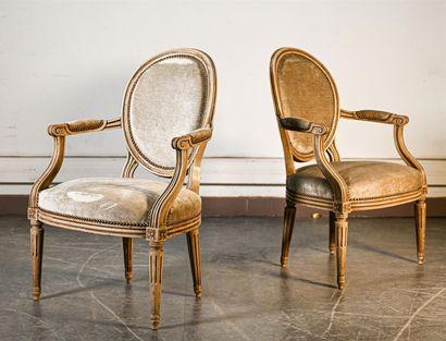 Paire de fauteuils médaillon à dossier cabriolet,...