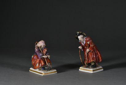 Deux personnages formant pendants en porcelaine...
