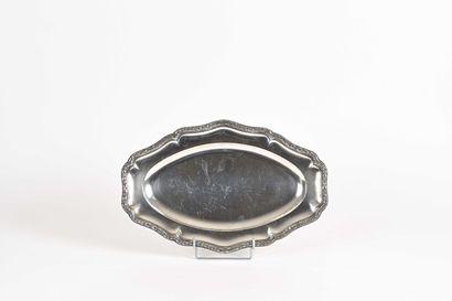 Plat ovale en argent, filets contours à moulures...