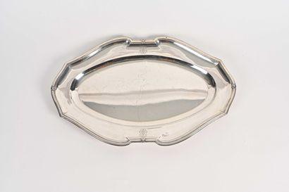 Grand plat ovale en argent à bords mouvementés,...