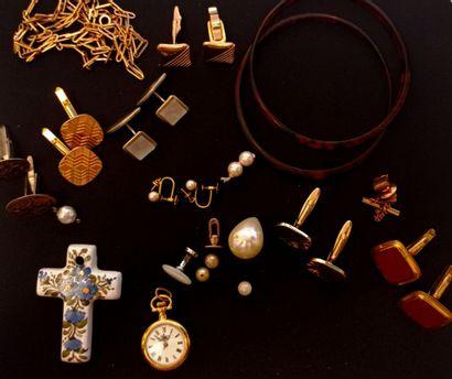 Lot de bijoux fantaisie comprenant deux joncs...