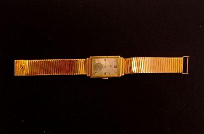 Lot de deux MONTRES  l'une bracelet en or...