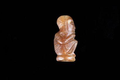 *Amulette en forme de l'enfant. Accroupi,...