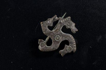 Fibule en forme de svastika aux extrémités...