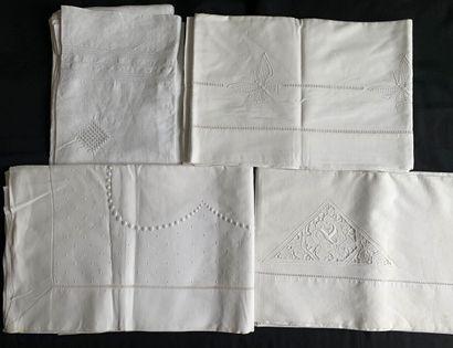 Quatre draps brodés, 1ère moitié du XXe siècle....