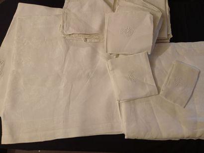 Services de tables damassés, nappes et serviettes,...