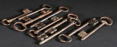 Lot de neuf clés anciennes en fer forgé  L....