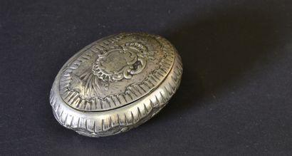 Petite boîte ovale en argent, à décor repoussé...