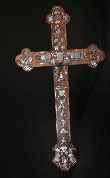 INDOCHINE - XIXe siècle  Croix à décor incrusté...