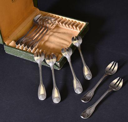 Onze fourchettes à huîtres en argent à décor...