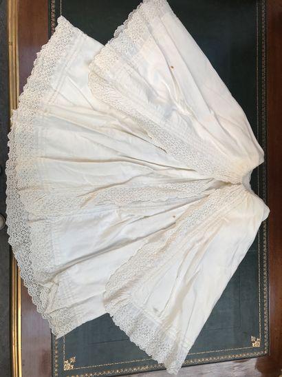 Réunion de robes de bapteme ou de présentation et de robes de fillettes, début du XXe siècle