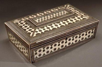 Belle boîte à ouvrage en sadeli. Ivoire,...
