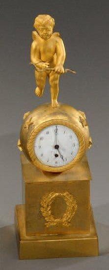 Pendulette de chevet en bronze doré, le mouvement...