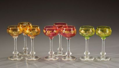 Suite de huit verres à pied en cristal taillé,...