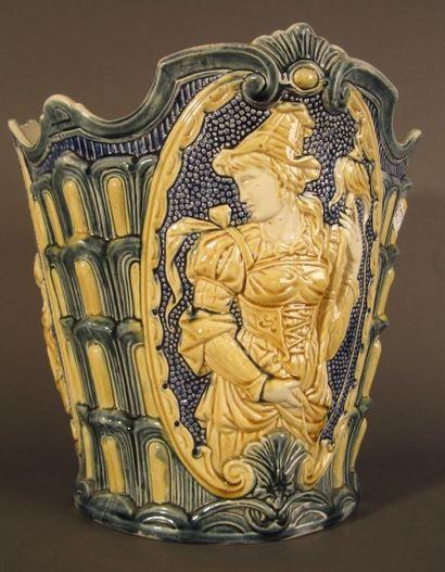 Important cache-pot en céramique, décor polychrome...