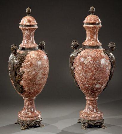 Paire de vases couverts monumentaux, de forme...