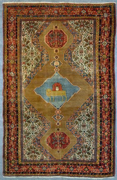 IRAN Seneh Beau tapis ancien à fond tabac orné de trois médaillons à pendentifs,...