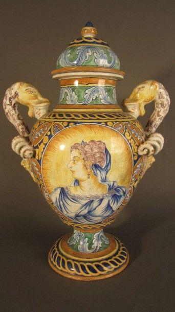Grand vase couvert balustre sur piédouche...